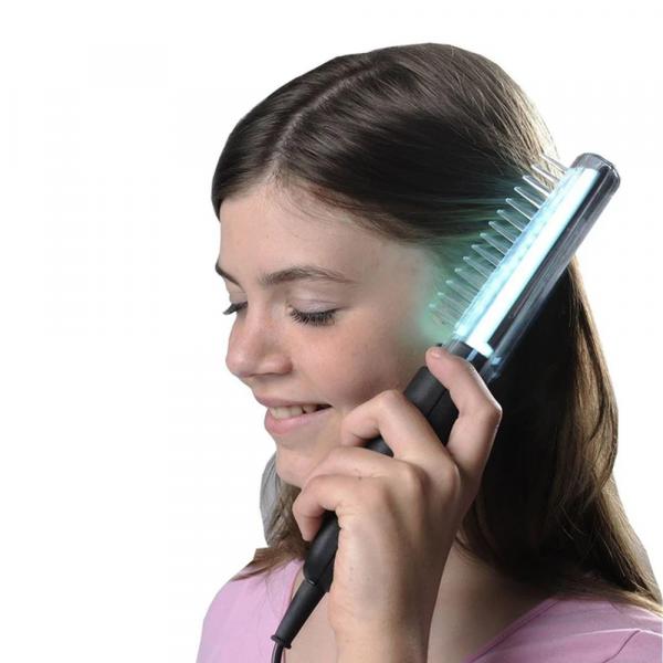 Meisje met Medisun Kam UVB-311 UV-Lamp door haar